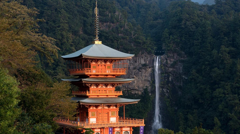 The pagoda at Kumano Nachi Taisha, backed by Nachi Falls    © Big Ben in Japan / Flickr