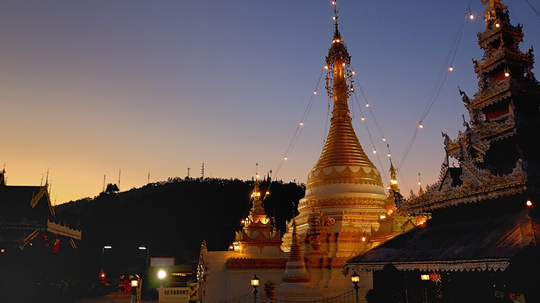 Wat Chong Kham at sunset | © Mark Lehmkuhler/Flickr