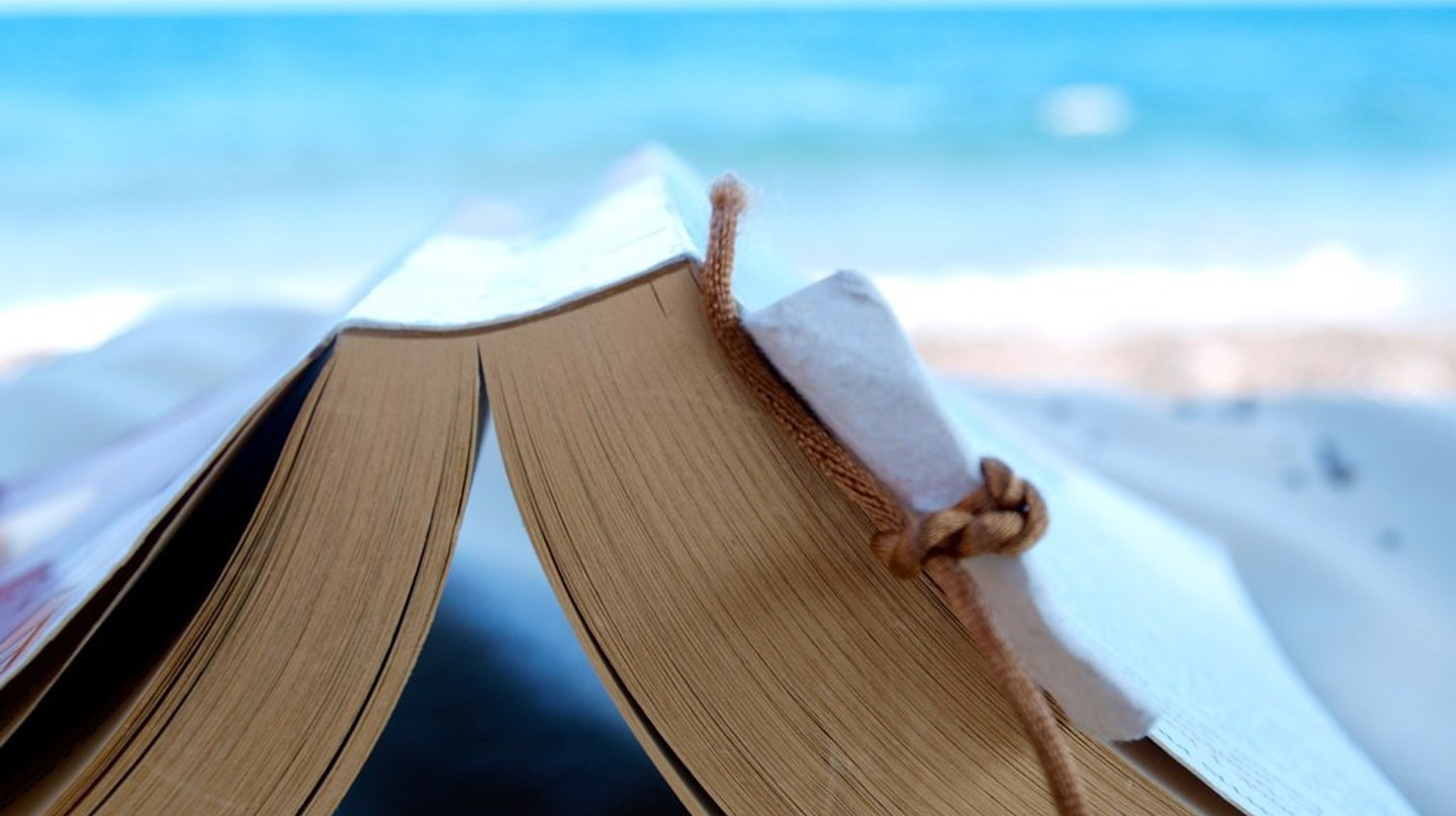 Reading a book at the beach | © Simon Cocks/Flickr