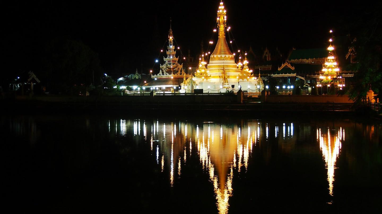 Wat Chong Kham at night | © momo/Flickr