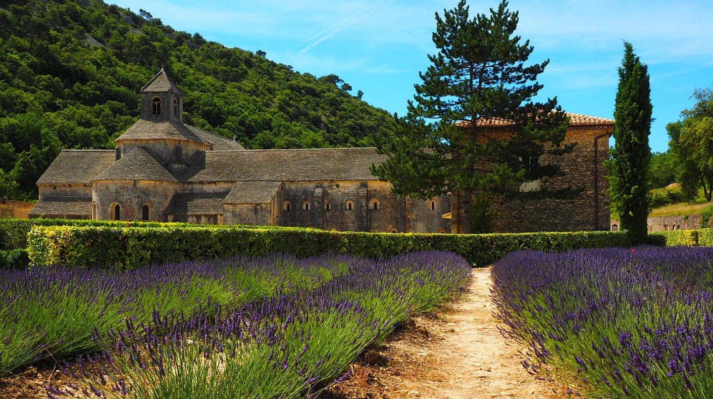 At Senanque Abbey you get two in one - an old, historic building with lavender fields | © Hans/Pixabay
