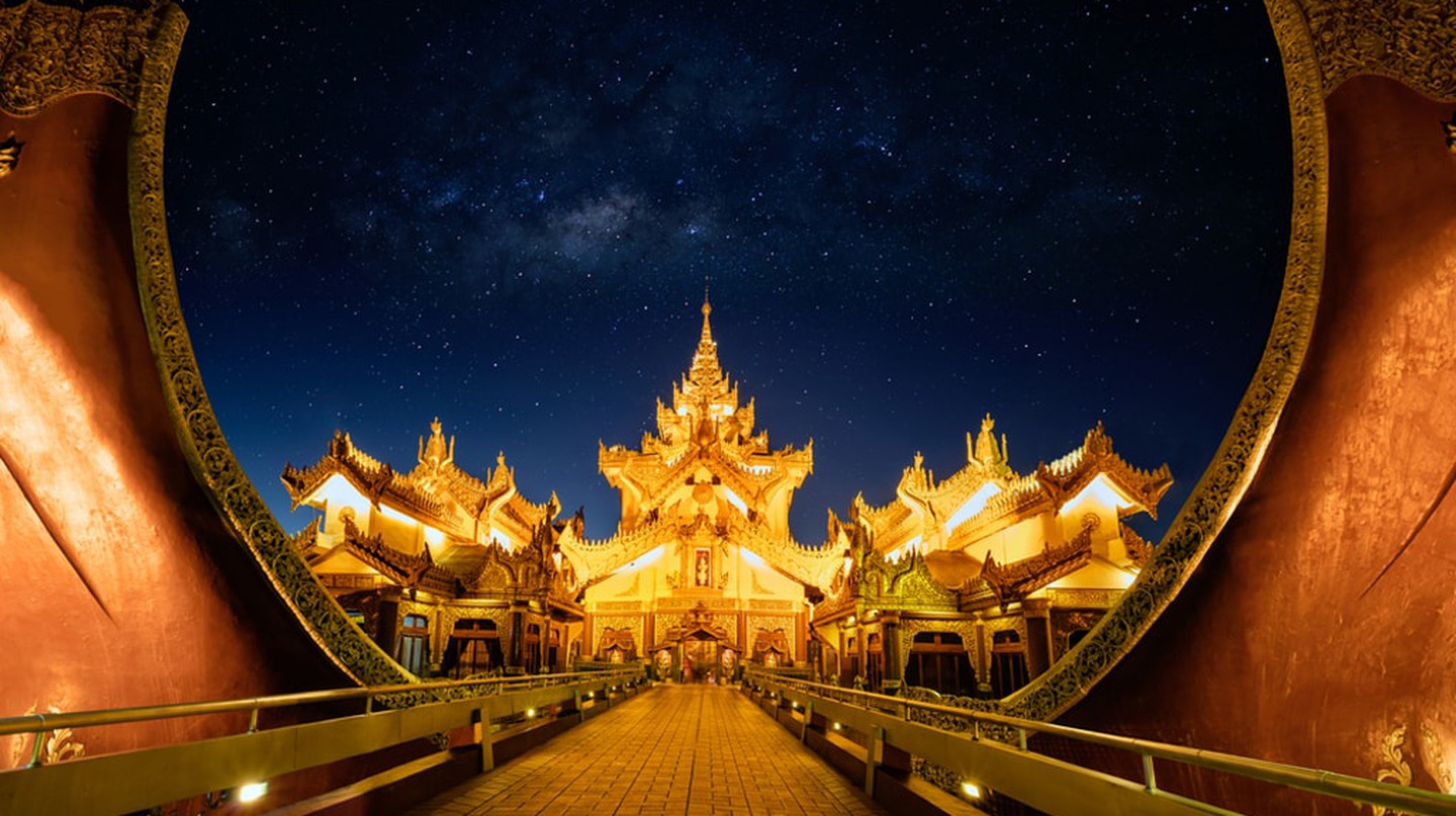 The grand entrance of the Karaweik Palace in Yangon | © Patrick Foto / Shutterstock