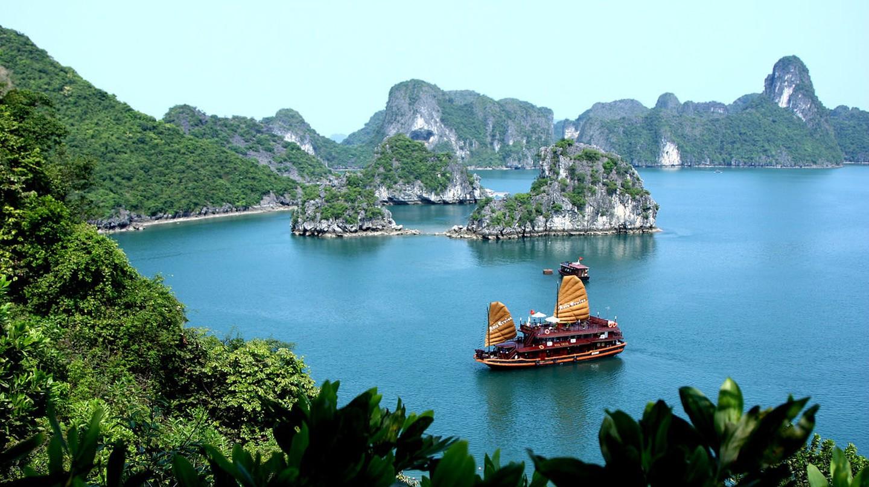 Having some fun in Ha Long Bay | © Arianos/WikiCommons