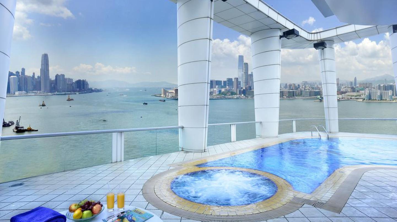 Sky high pool views | Courtesy of Metropark Causeway Bay