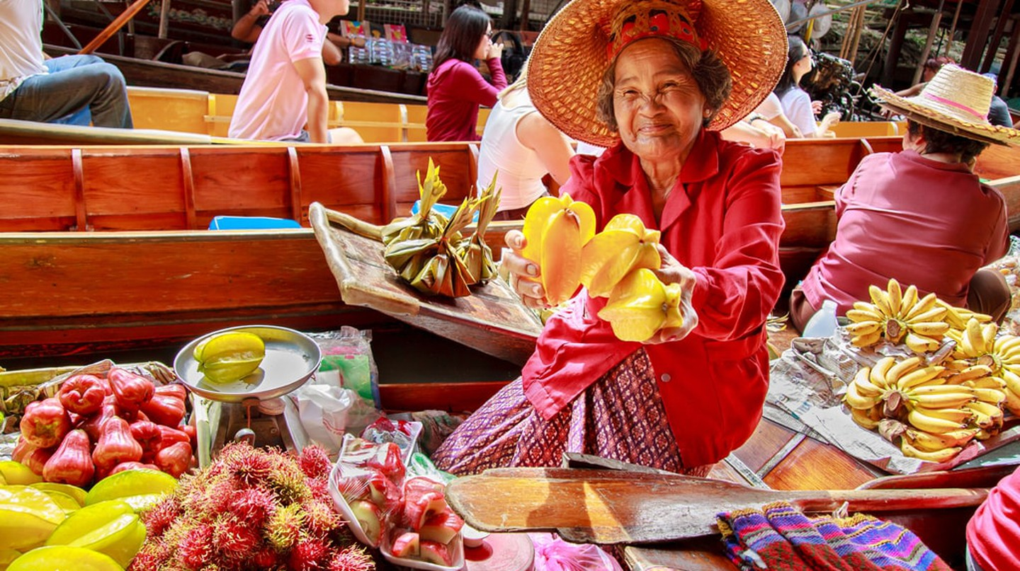 Thai fruit vendor at Damnoen Saduak floating market | © puwanai / Shutterstock