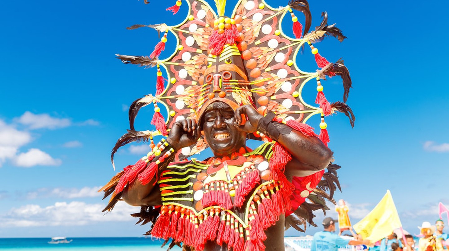 Man in colorful headdress in Ati-Atihan in Boracay  | © Frolova_Elena/ Shutterstock