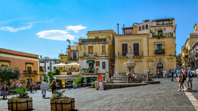 Life in the piazza | © kirkandmimi/Pixabay