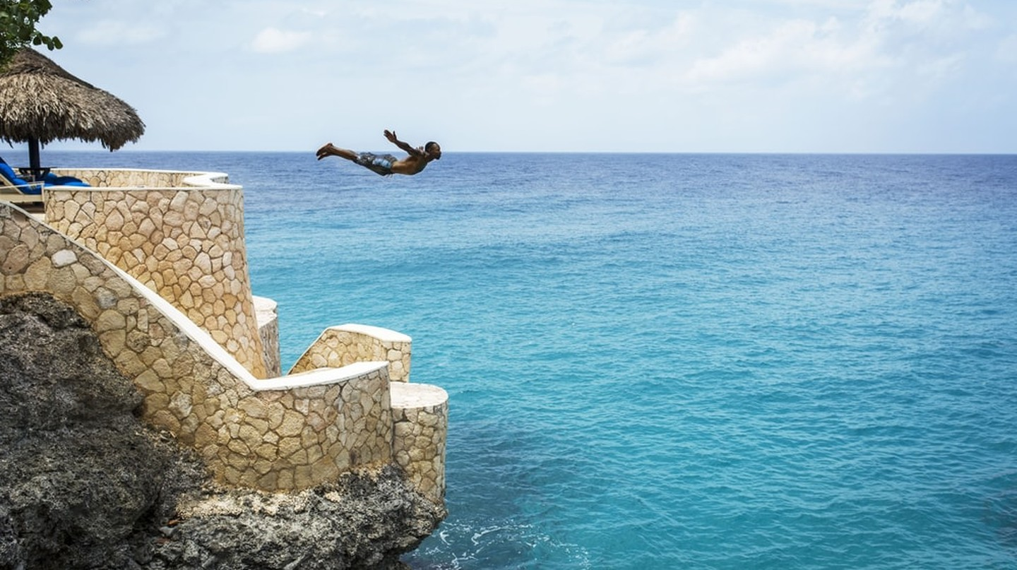 Cliff Diving, Rick's Cafe | © 2017 Glamping.com