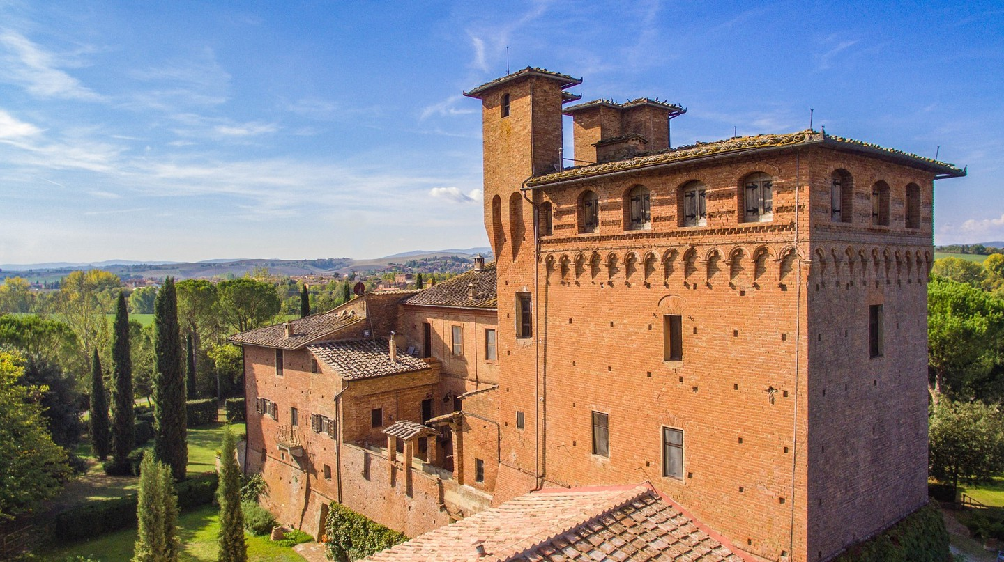 Castello di San Fabiano and its perfect Tuscan backdrop | © Courtesy of Castello di San Fabiano