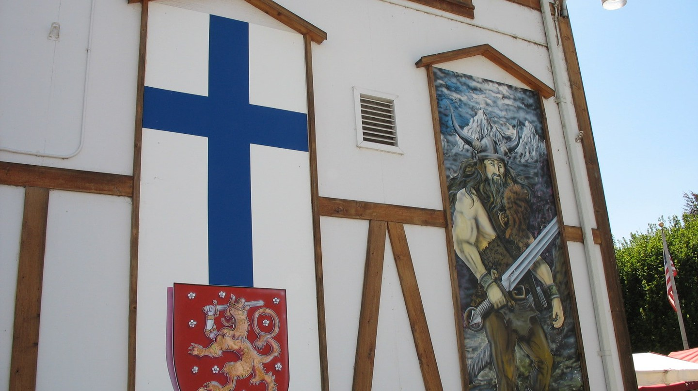 Finnish flag and Viking painting | © Russ / Flickr