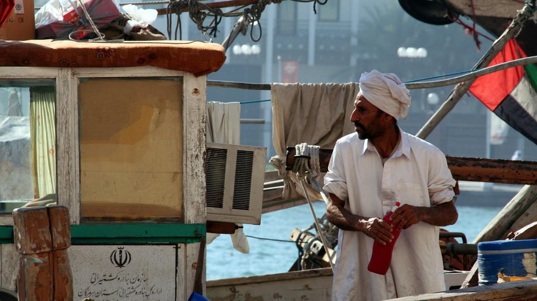 Traditional dhow boatman at work in Dubai | © Nico Crisafulli / Flickr