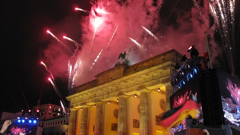 Fireworks illuminate Berlin's Brandenburg Gate | © U.S. Army Europe/Flickr