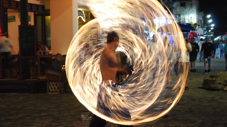 Fire twirler | © Missie / Flickr