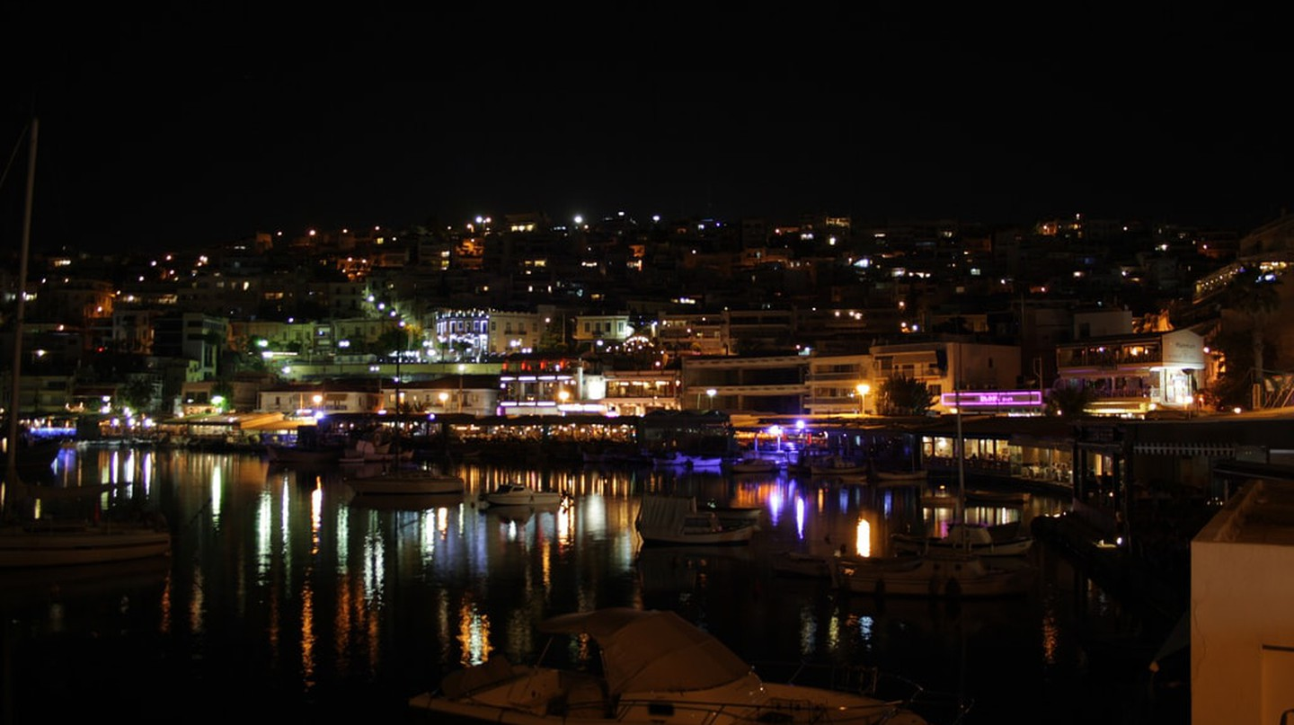 View of Kastella hill from Mikrolimano by night | © Jorge Cancela / Flickr