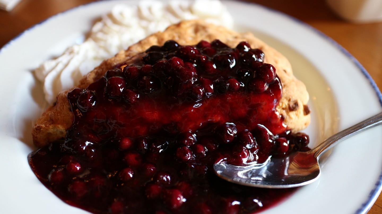 White chocolate and Saskatoon berry scone | ©Elsie Hui / Flickr