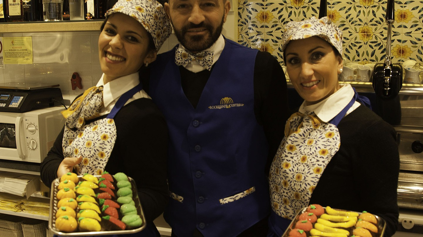 Staff at Eccellenza Costiera in the Vomero quarter proudly display their hand made pasta reale sweets | © Kristin Melia