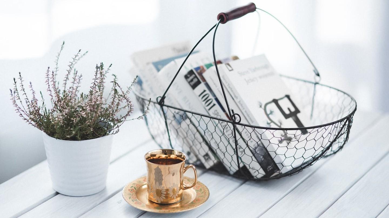 Golden cup and basket with books | ©Kaboompics // Karolina / Pexels