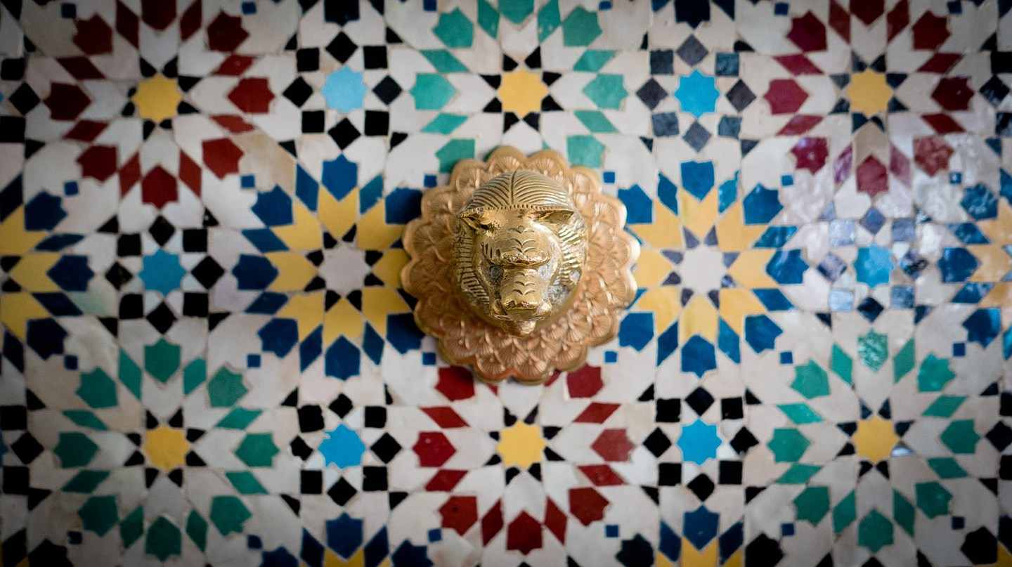 Lion-head water tap against colourful Moroccan tiles | TheUjulala / Pixabay