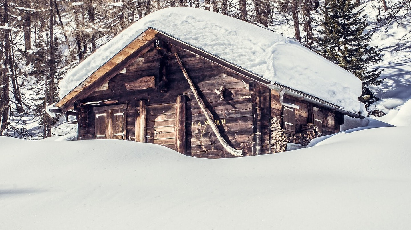 Snowy hut | © SD-pictures / Pixabay