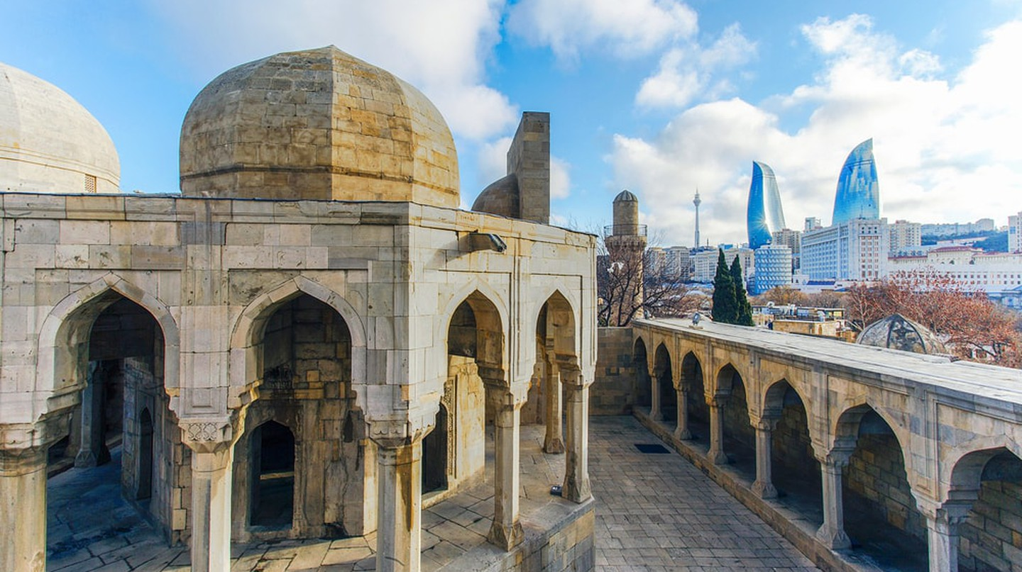 Old City with the modern city of Baku in the background | © ETIBARNAME/Shutterstock