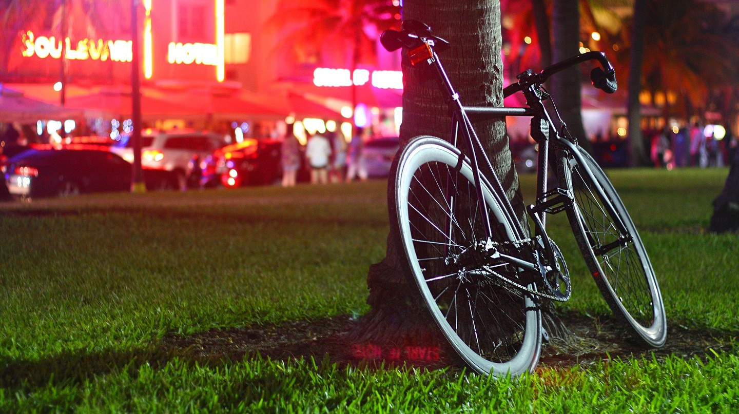 Bike on Ocean Drive in Miami | © YesManProductions / Pixabay