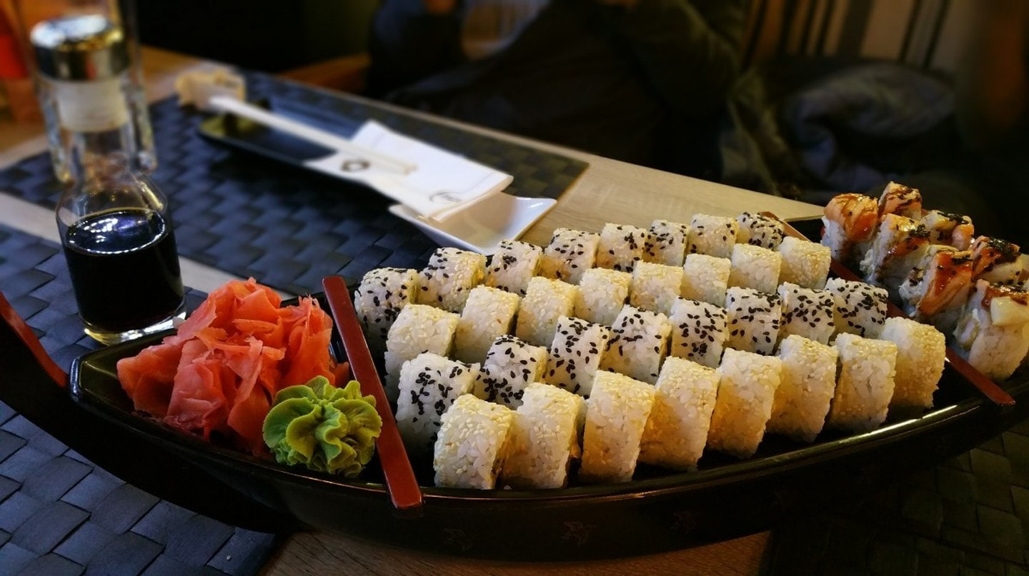 A street sushi boat   © Pxhere
