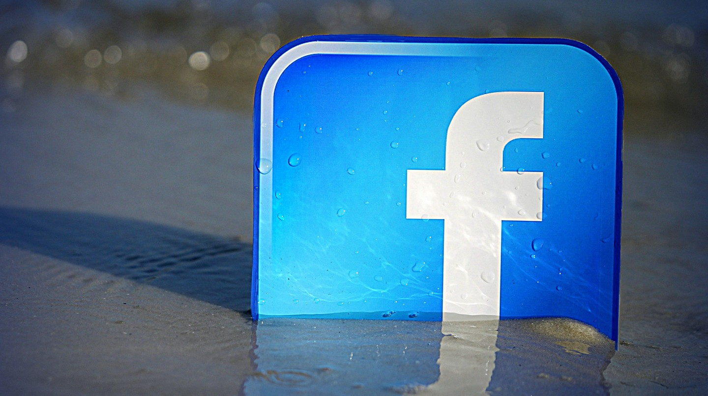 Facebook on the beach | © mkhmarketing/Flickr
