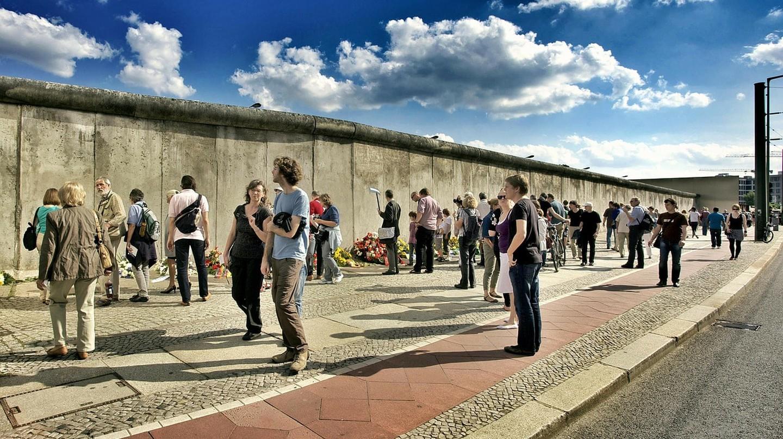 Tourists at the Berlin Wall | © LoboStudioHamburg/Pixabay