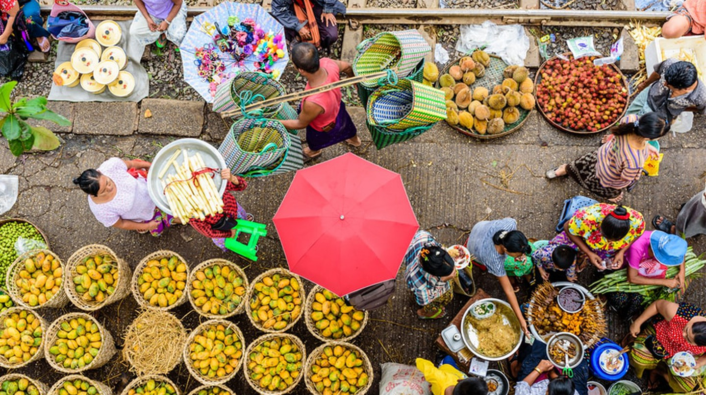 Market sellers and goers line the railway at Da Nyin Gone Market near Yangon, Myanmar  | © Nguyen Quoc Ai / Shutterstock