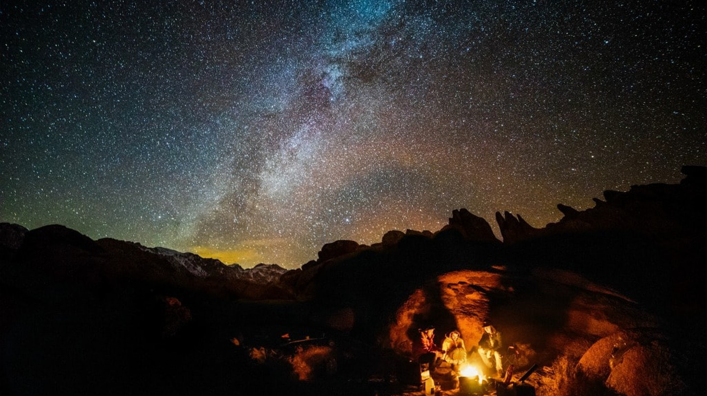 Campfire stories | ©  Robson Hatsukami Morgan / Unsplash