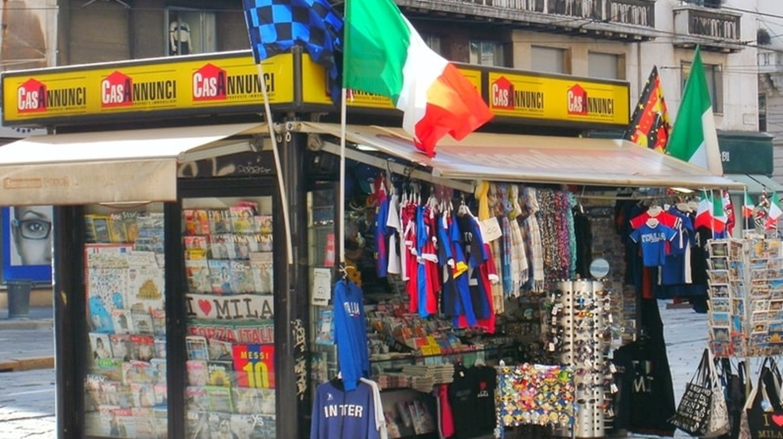 Tourist souvenir stall in Milan centre | WikiCommons