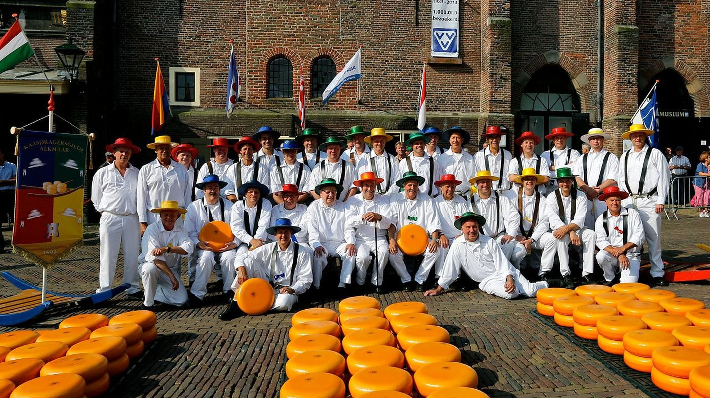 Cheese guild members dressed in traditional clothing at the market | © Kaasdragers Gilde / WikiCommons