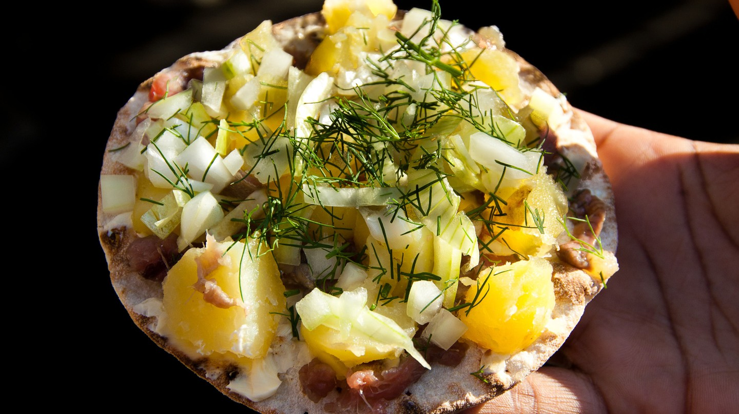 Surströmming with potatoes on bread | © Lola Akinmade Åkerström / imagebank.sweden.se