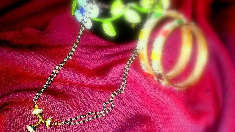 Mangalsutra with bangles | © Richa Jain