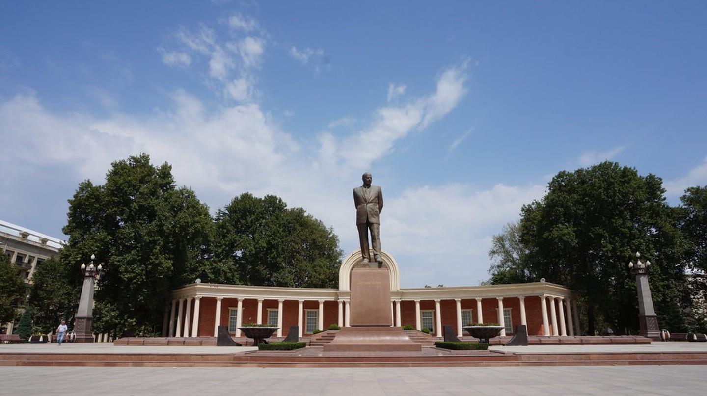 Statue of Heydar Aliyev in Ganja's main square | © Sam Bedford