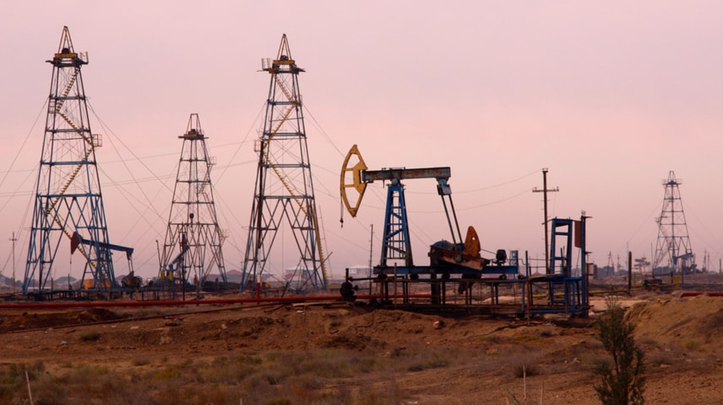A typical oil field outside of Baku | © Ben Hardman/Shutterstock
