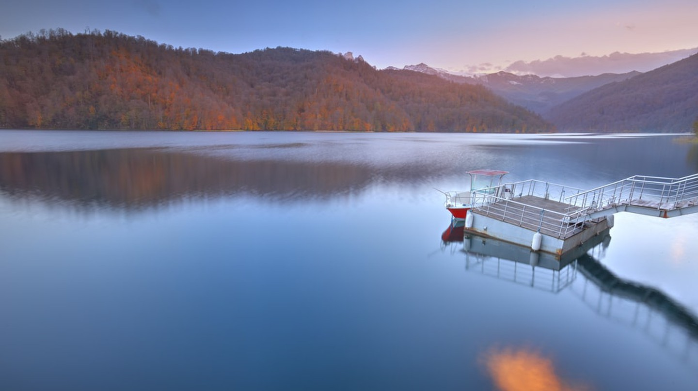 View of the mountain lake of Goygol | © Lyokin/Shutterstock