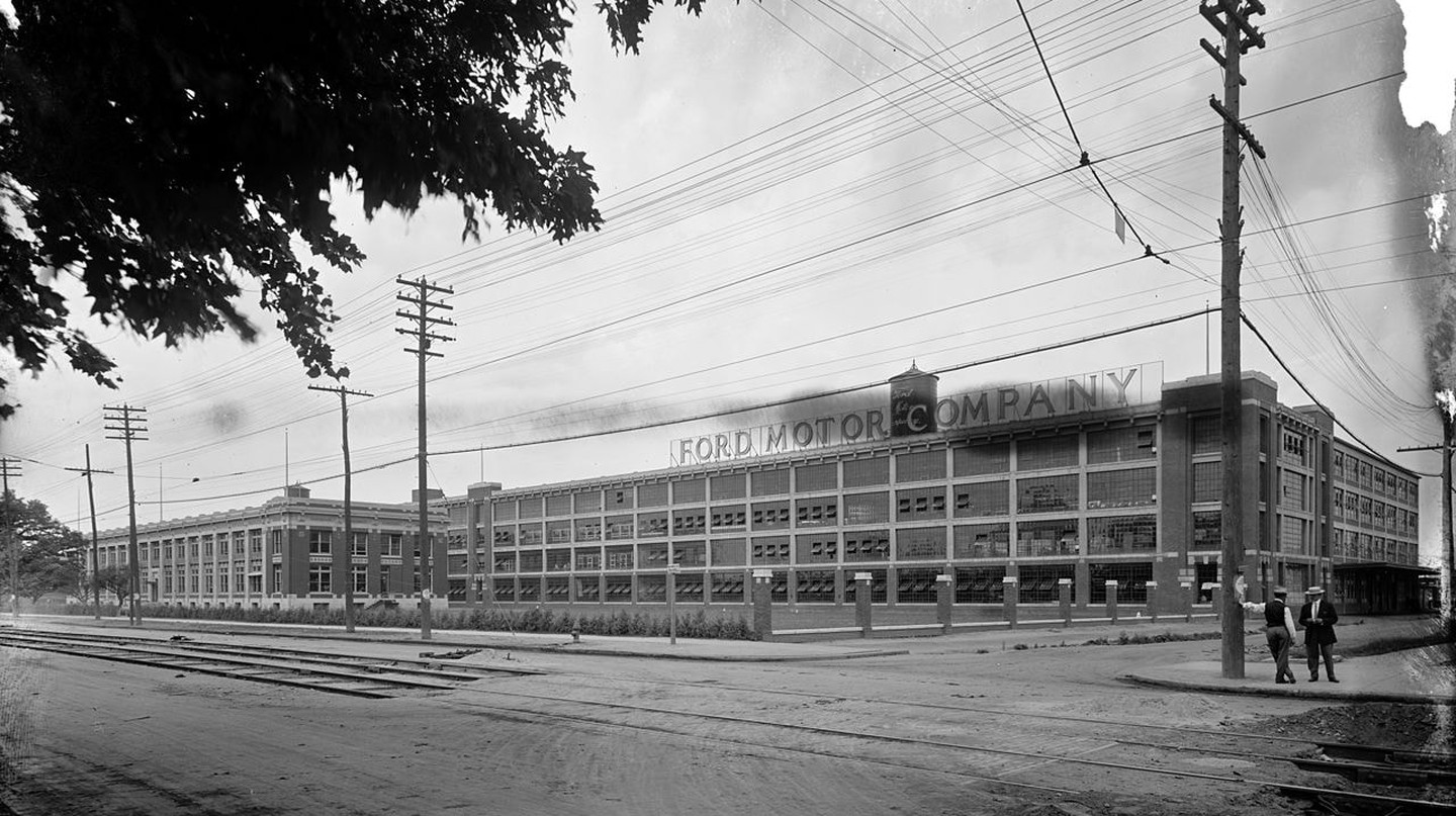 The first moving assembly line was invented at the Highland Park Ford Plant in Detroit | © Detroit Publishing Company / WikiCommons