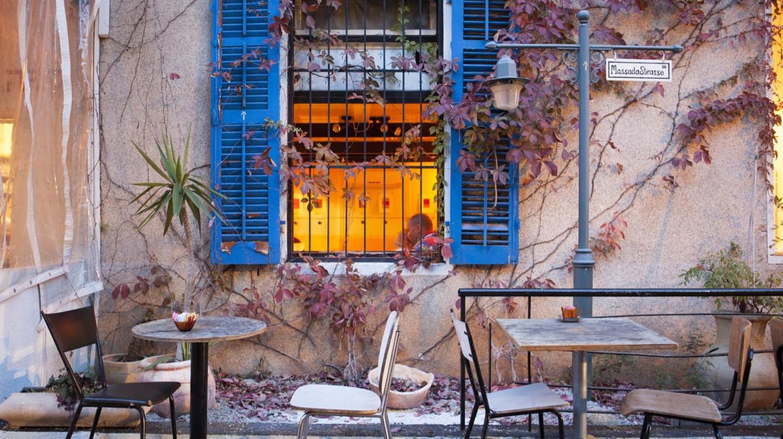 A coffee shop in the German Colony, Haifa | © Israel_photo_gallery / Flickr https://www.flickr.com/photos/israelphotogallery/14031901365/