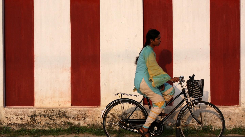 Biker outside a Hindu temple in Jaffna | © yeowatzup / Flickr