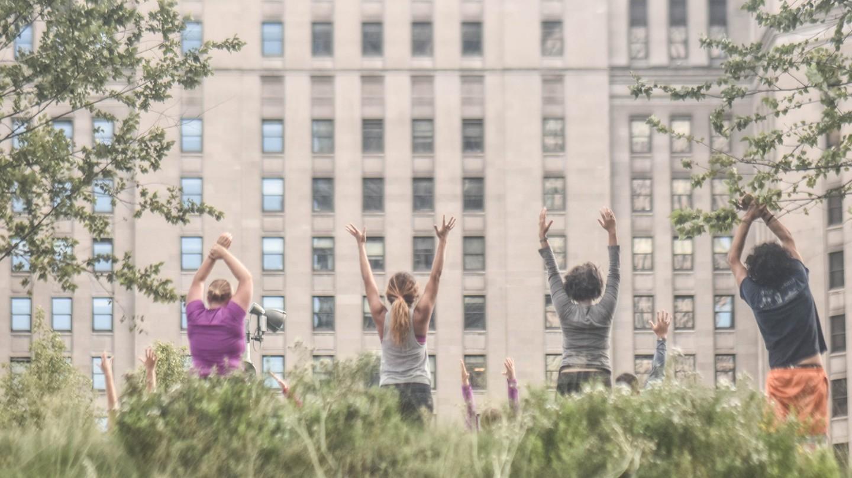 People practicing yoga | © Erik Drost / Flickr