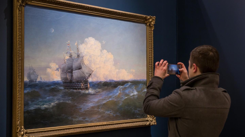 Admiring the work of Ivan Aivazovsky I © Ninara / Flickr