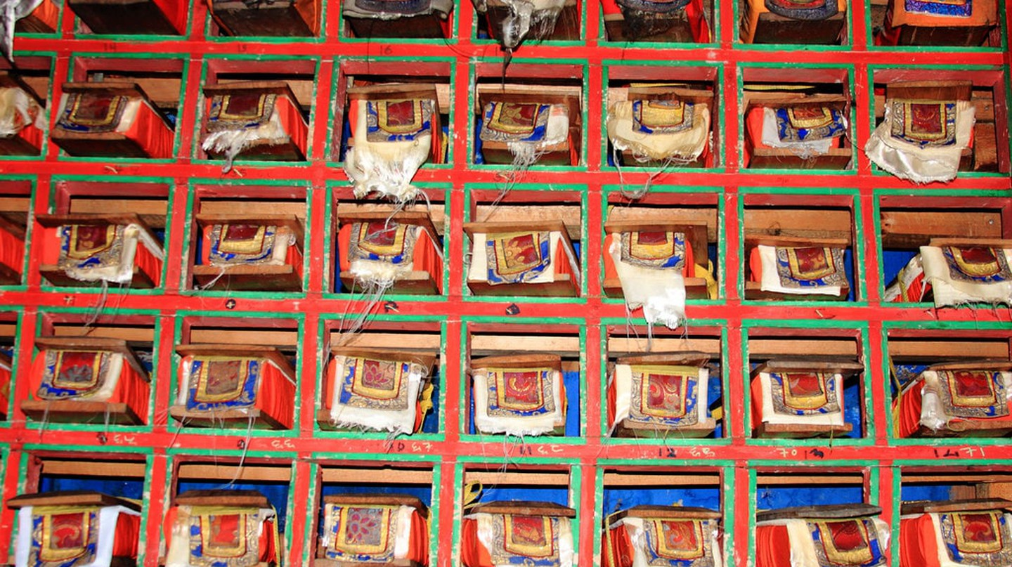 Tibetan Buddhist prayer library / (c) strudelt/Flickr