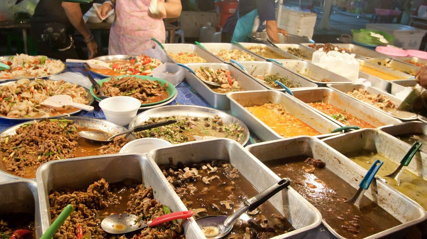 Tray upon tray of meals at a Thai food stand | © Kevin Tao / Flickr