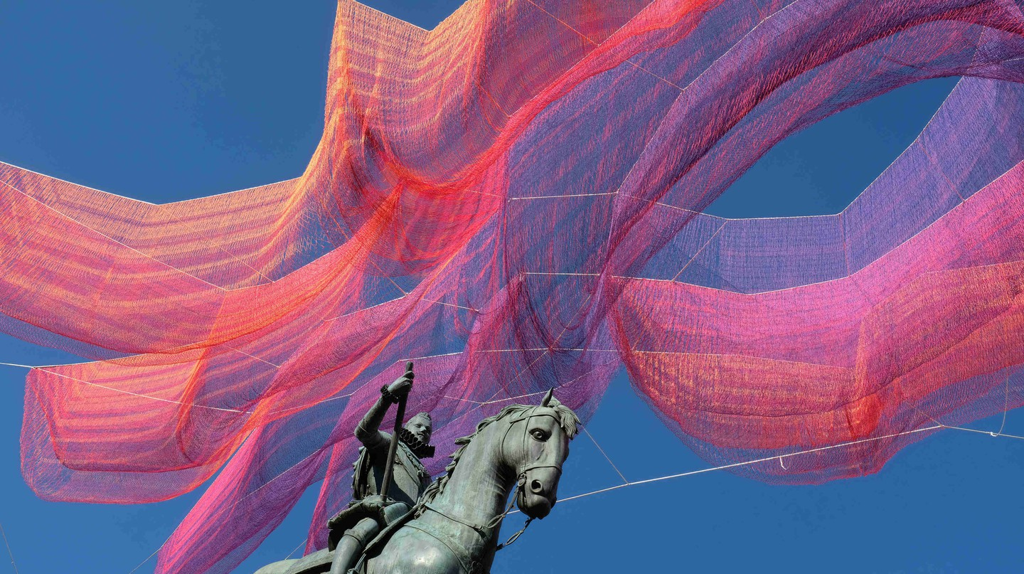 Janet Echelman's installation over Madrid's Plaza Mayor | @ Sara Houlison