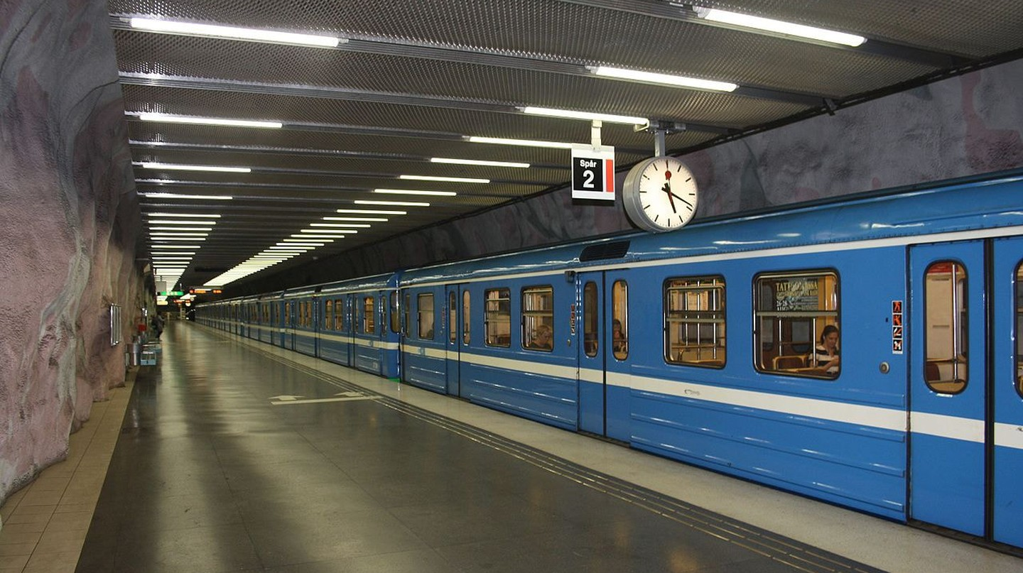 The red line feature older classic trains |©AleWi / WikiCommons