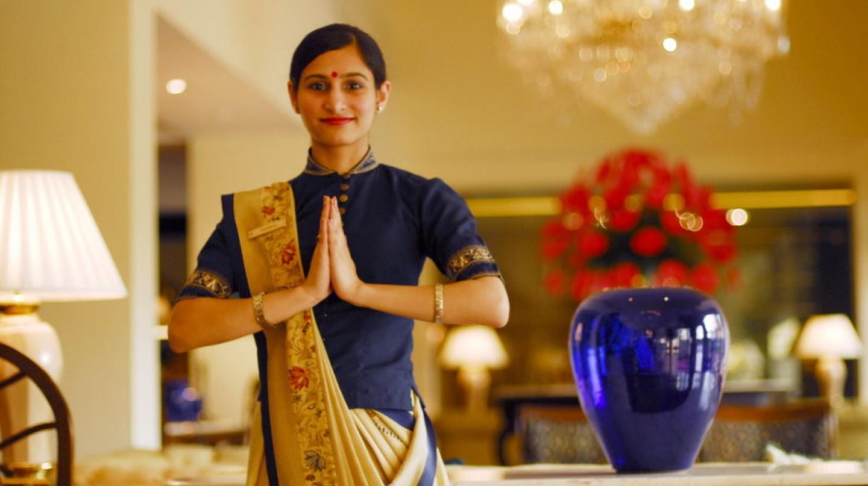 An employee at Oberoi Hotel, New Delhi doing 'Namaste' | © Saptarshi Biswas/Wiki Commons