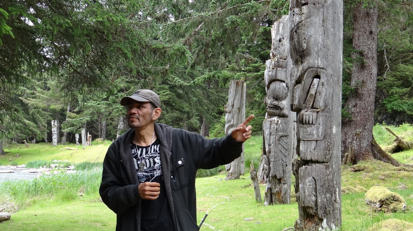 Watchman Ken explaining the totems at Sgaang Gwaay | © Andrew Eames