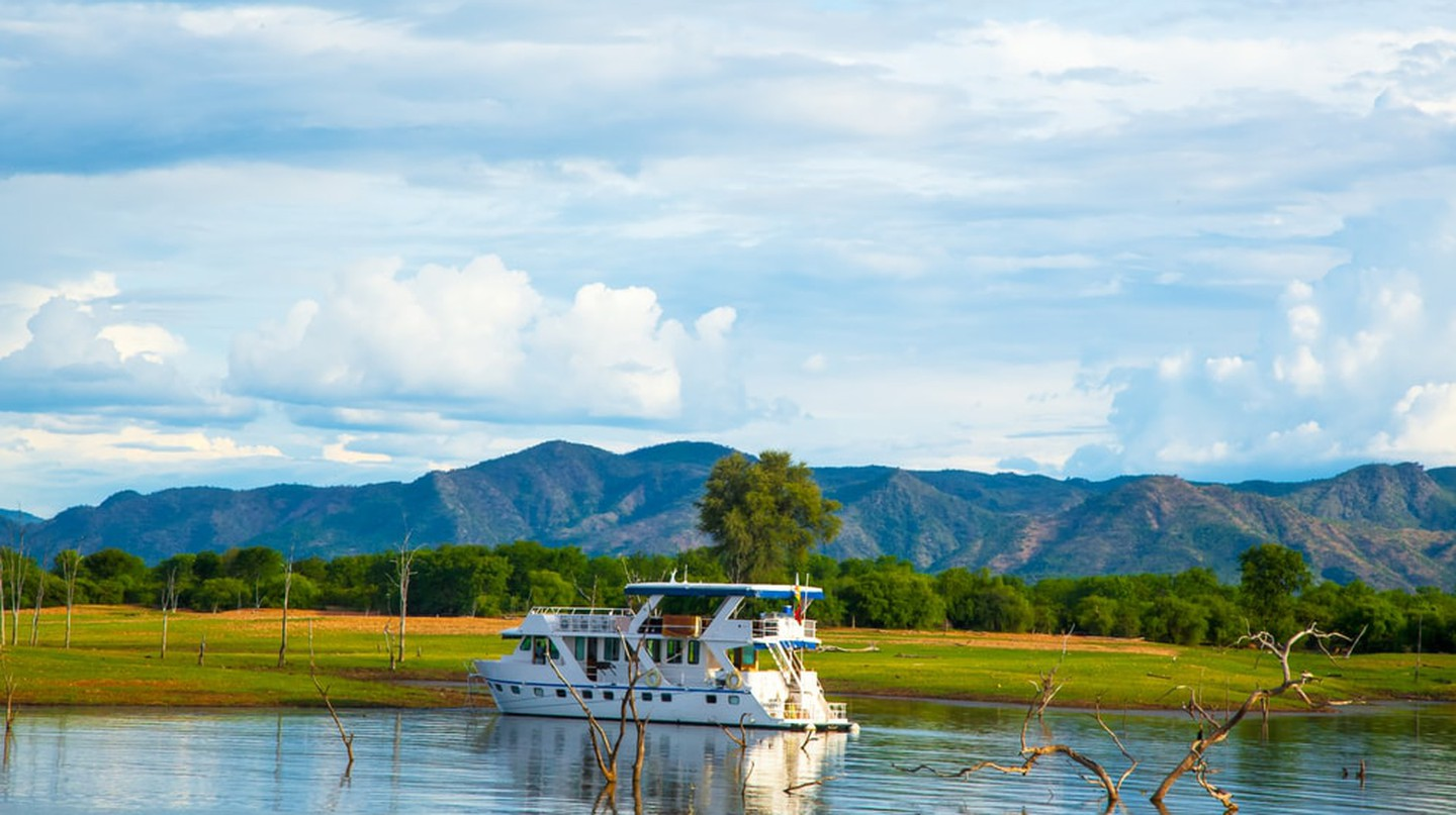 Houseboat on Lake Kariba |  © Lynn Y / Shutterstock