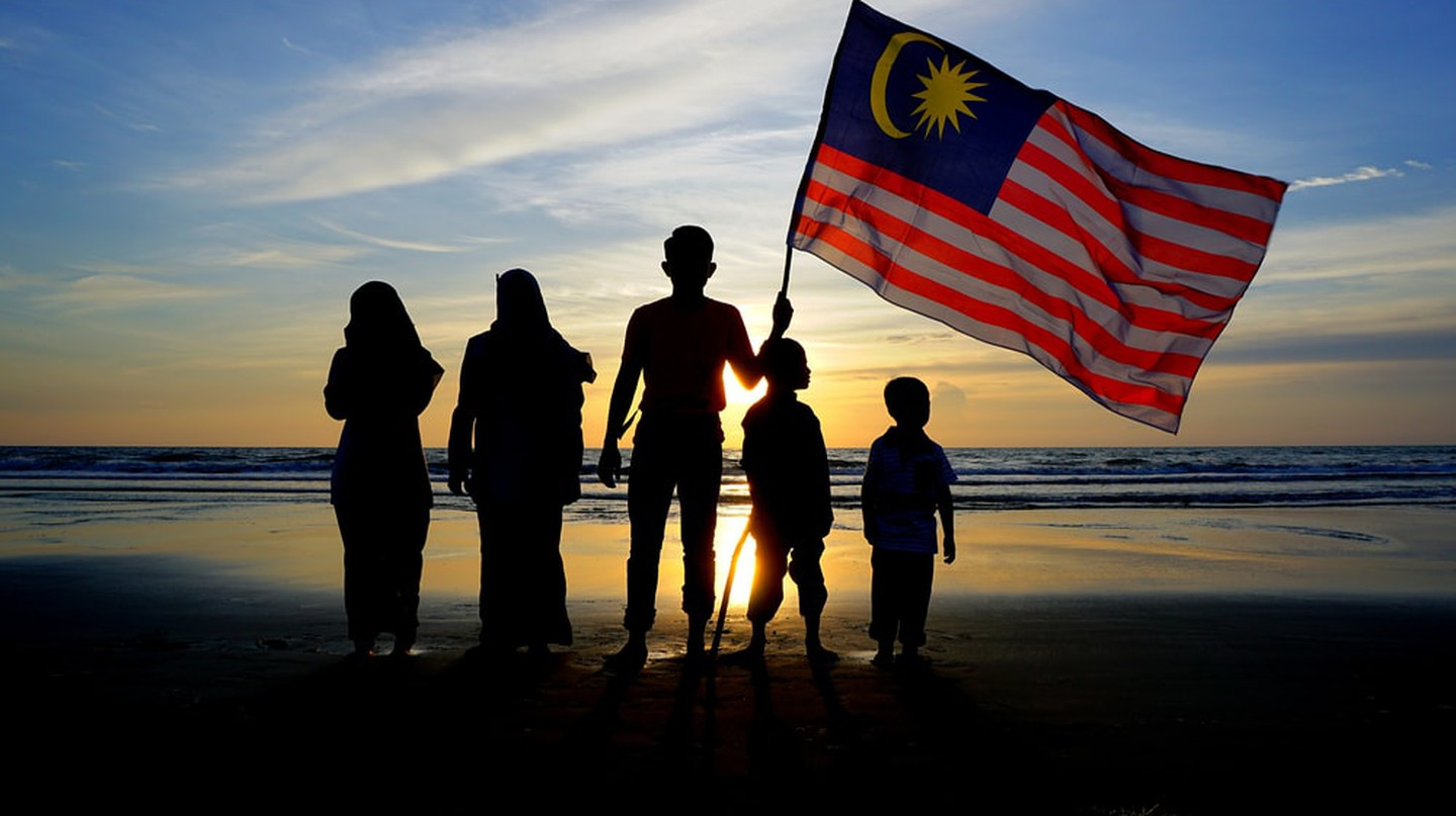 Family and Malaysian flag | © Mohd KhairilX/Shutterstock